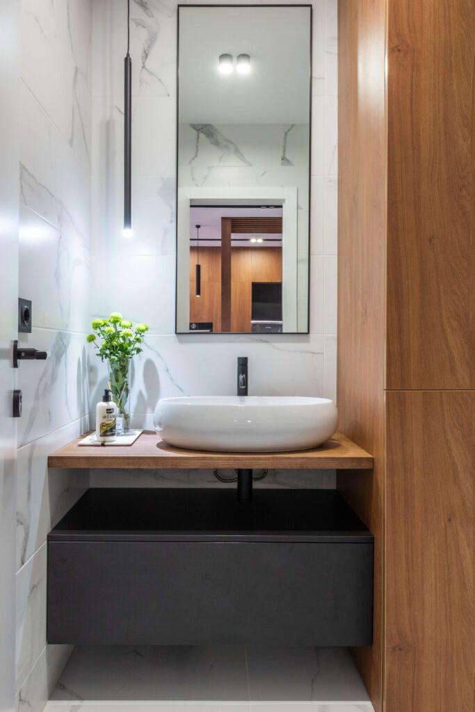 Tiny modern bathroom design idea